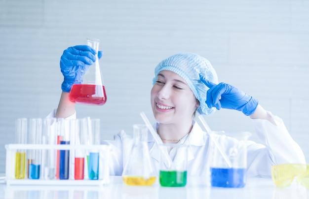 実験室で働いている試験管を持つ科学者。