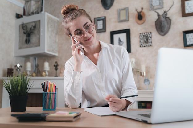 Понятие «работа из дома» в социальных сетях в период пандемии коронавируса. бизнес женщина работает и карантин в доме.