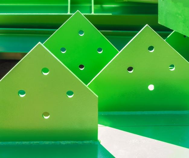 Зеленая плита для совместной стальной конструкции на строительной площадке.