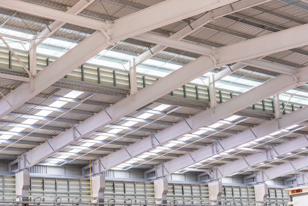工場の金属板屋根と鉄骨構造
