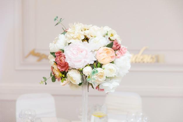 花で飾られた結婚式のテーブルの設定
