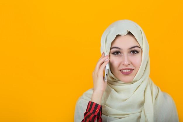Красивая молодая женщина в мусульманской шали