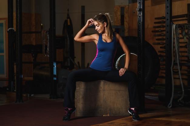 Вдохновленный спортивная женщина в тренажерном зале