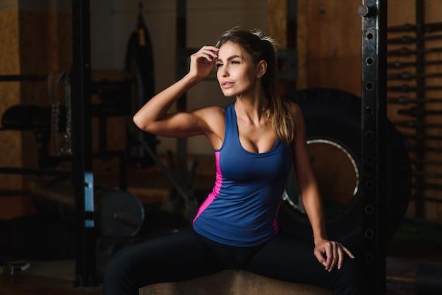 Привлекательная молодая женщина в хорошей форме в помещении