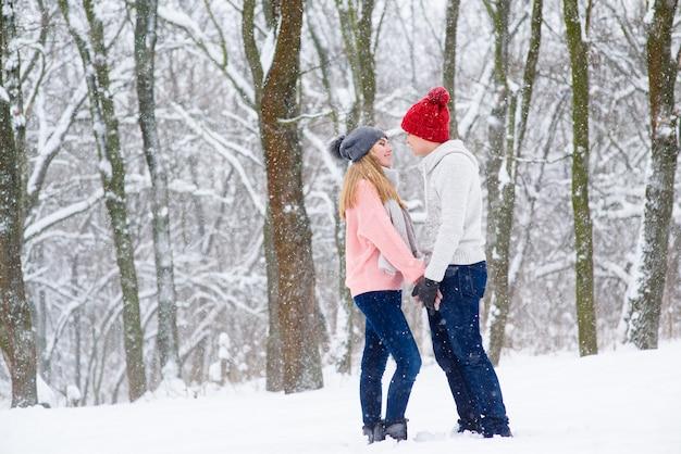 Молодая пара в зимнем лесу