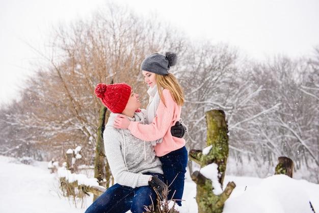 Счастливая молодая пара зимой