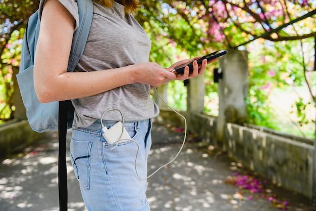 パワーバンク付き女性バックパッカー充電電話