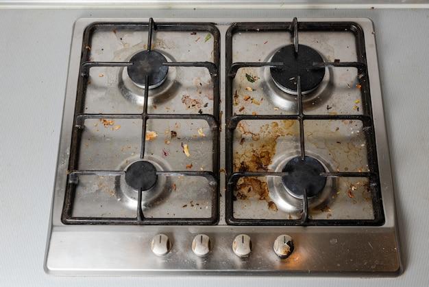 Грязная газовая плита на кухне
