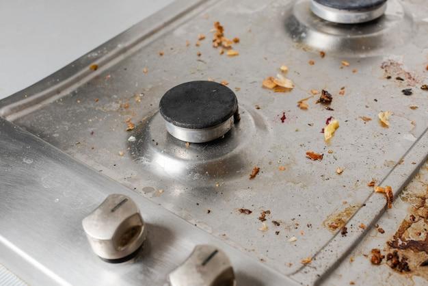 Грязная газовая плита с остатками пищи