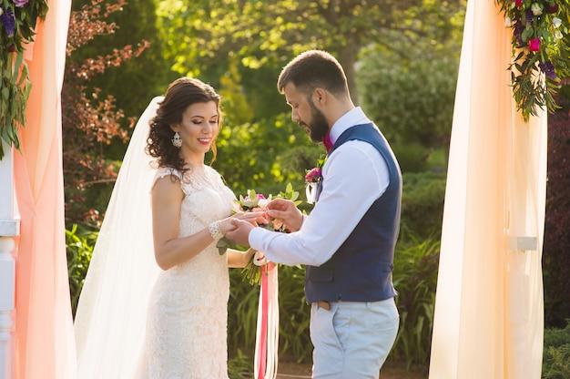 Красивая свадебная церемония на открытом воздухе в подсветке