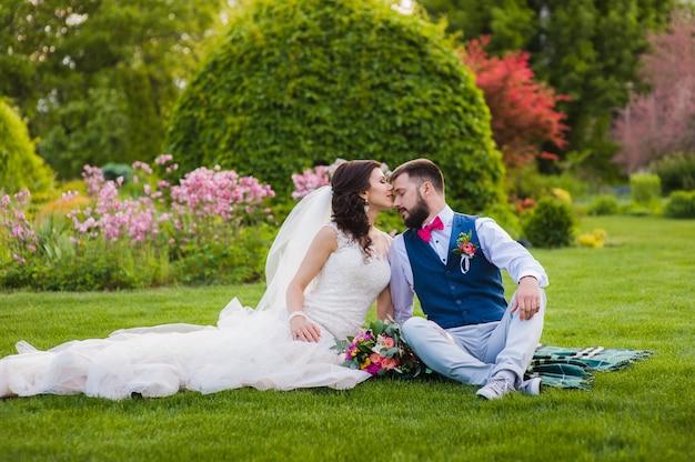 草の上にキス美しい夫婦