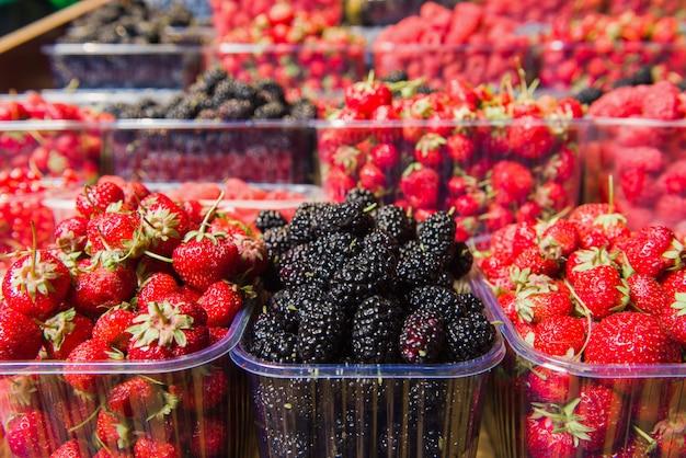 地元の市場で展示されている新鮮な果実のトレイ。