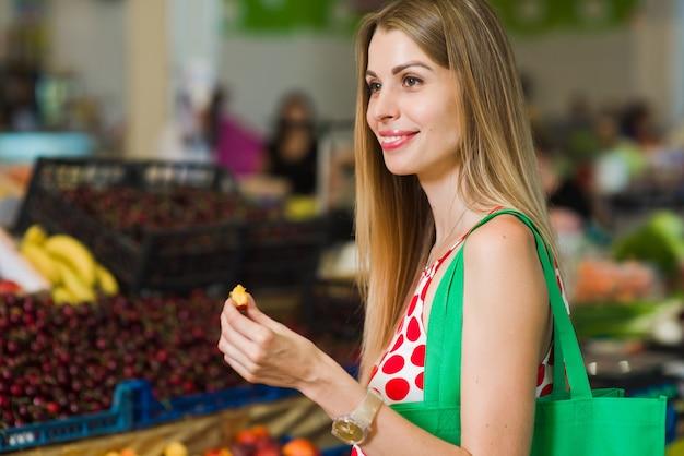 桃を食べる若い女性