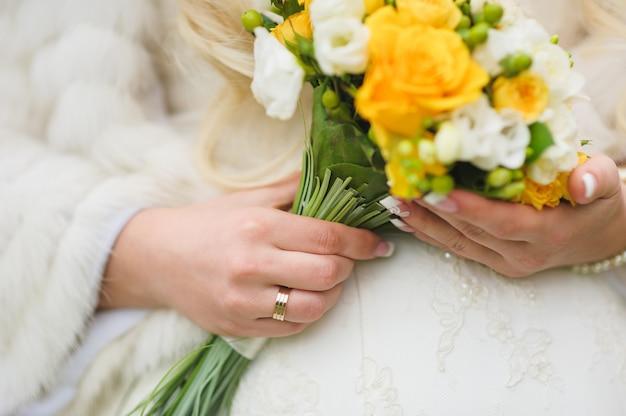 白と黄色のバラのブライダルブーケ