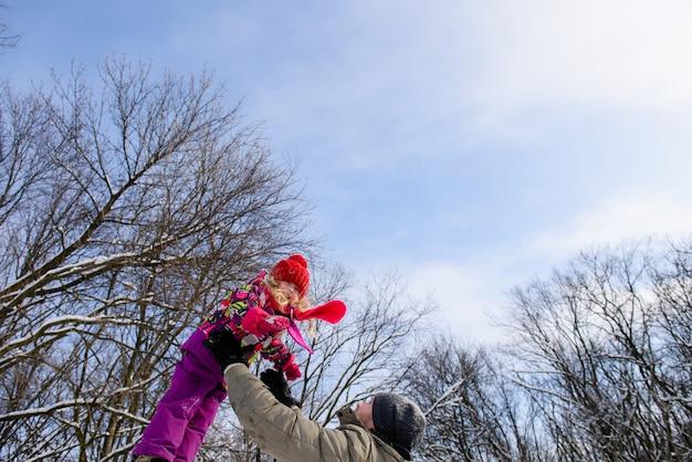 Отец ловит дочь на небе