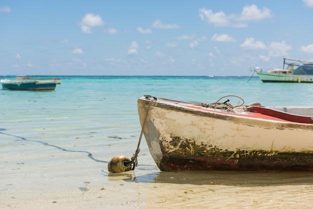 Лодка на береговой линии на фоне линии горизонта.