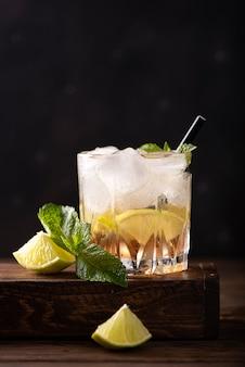 Чай со льдом с мятой, ломтиками лайма и клубничным сиропом