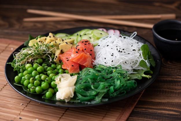 海苔、野菜、ハーブ、ゴマの米麺
