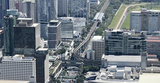 バンコク市内の現代的な近代的な建物の航空写真