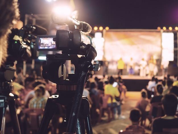 音楽コンサートでビデオを録画するプロのデジタルカメラ