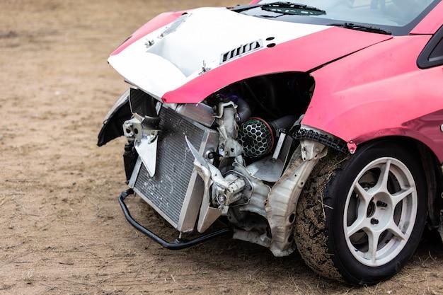 道路での衝突事故による破損した車