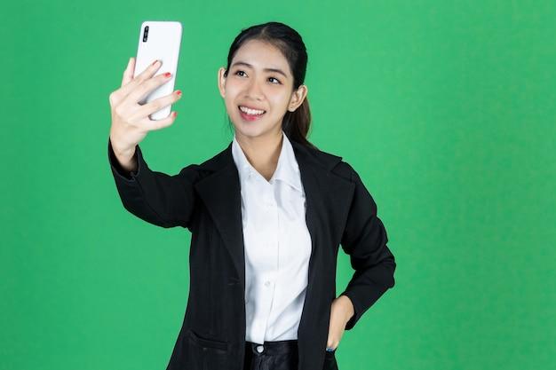 自分の写真を撮る笑顔若いアジア女性実業家