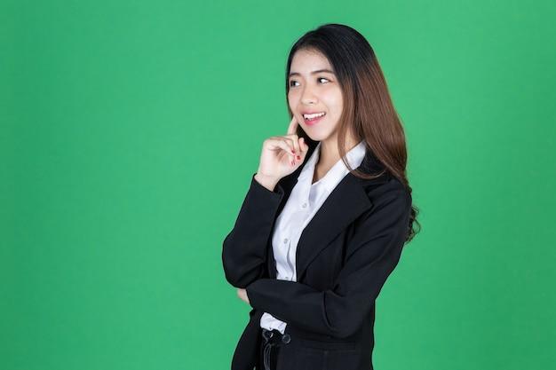 Портрет привлекательной молодой азиатской коммерсантки имея идею