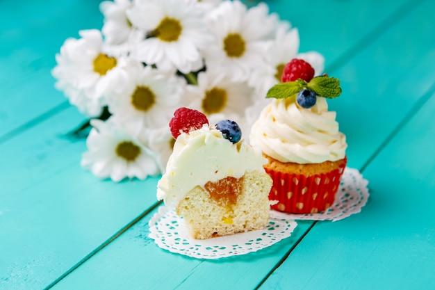 夏の果実とカップケーキ