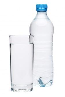 Пластиковая бутылка питьевой воды и стекла на белом фоне с отсечения путь