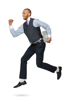 ジャンプ白で隔離される幸せな若いアフリカの実業家。