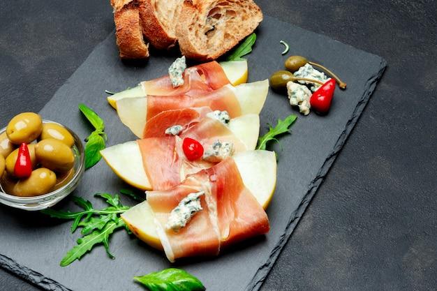 メロンと生ハムの石板のイタリア料理