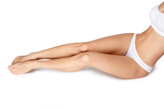 Длинные красивые женские ножки на белом