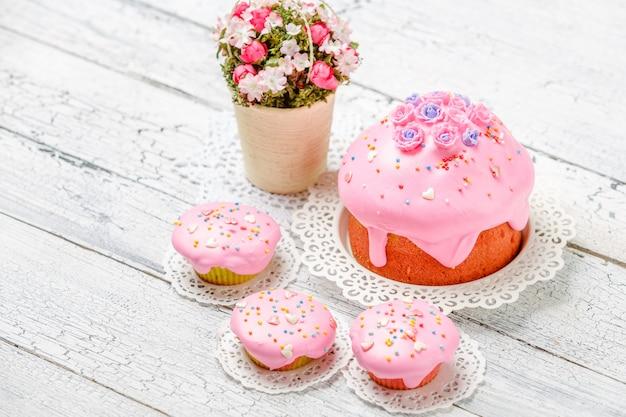 伝統的なイースターケーキとカップケーキ