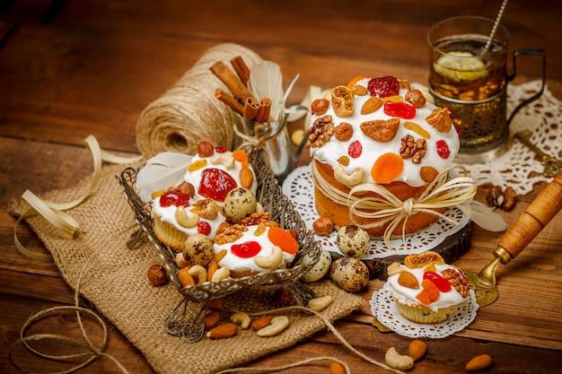 Традиционный кулич и кексы