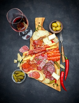 肉とチーズのプレートとワイン、ソーセージ、生ハム、オリーブ
