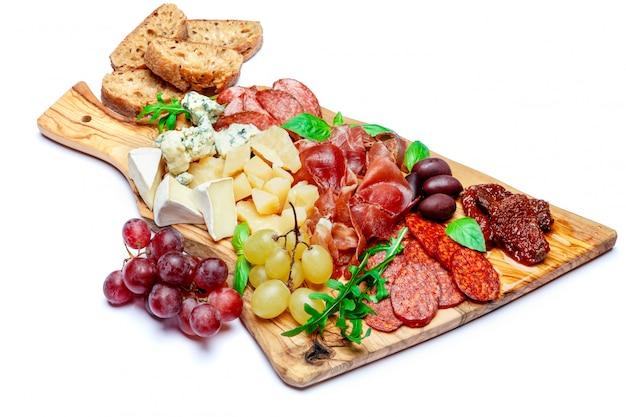 Холодная мясная сырная тарелка с колбасой салями, прошутто и сыром