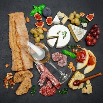 各種チーズ、肉、果物、ワイン