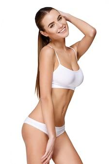 Сексуальная молодая девушка в белом белье