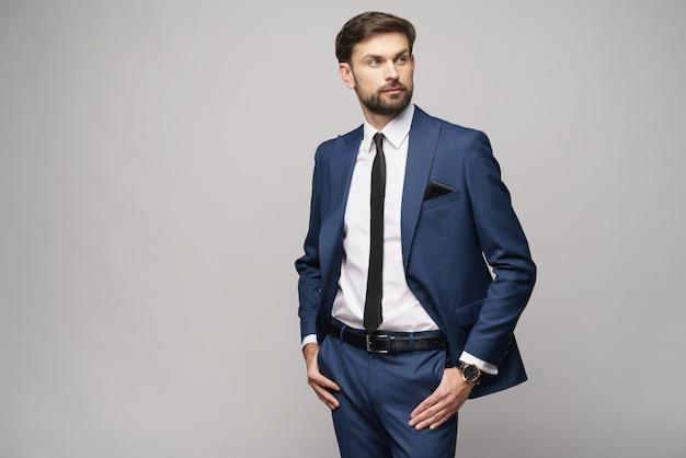 Фото студии костюма молодого красивого бизнесмена нося