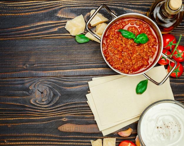 Листы пасты лазаньи, соус болоньез и бешамель