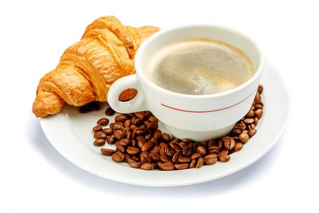 Свежий круассан и кофе на белом фоне