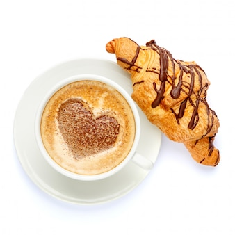 Кофе и круассан на белом фоне