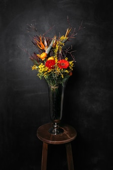 Цветочная икебана на черном фоне