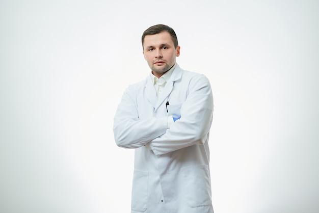 男性白人医師は白衣を着ています。