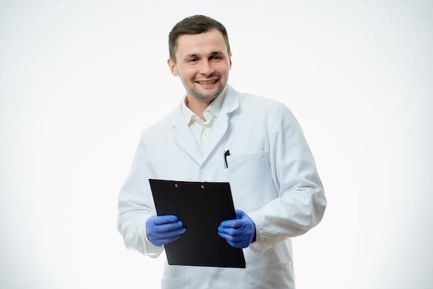 Мужской кавказский доктор носит белый халат
