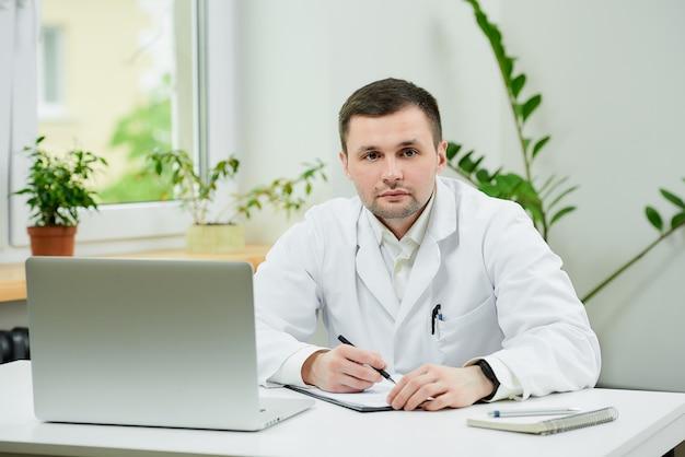 事務処理を行う白衣の白人医師