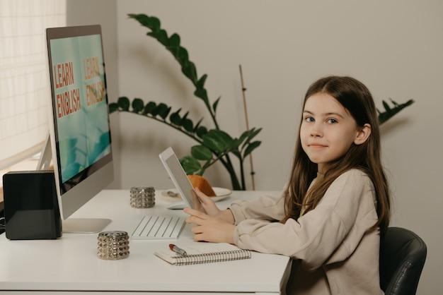 Дистанционное обучение. молодая девушка с длинными волосами изучает удаленно онлайн.
