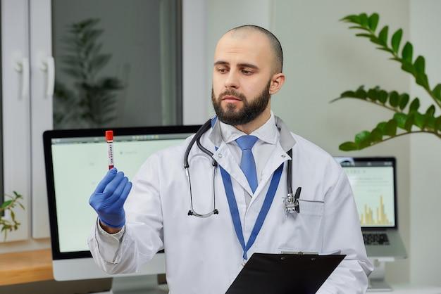 Доктор исследования коронавируса крови в лаборатории.
