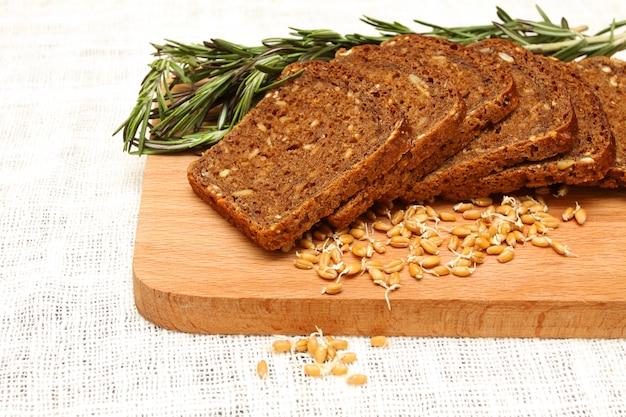 木の板にパン、ローズマリー、小麦胚芽