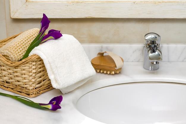 Роскошный интерьер ванной комнаты с раковиной и краном